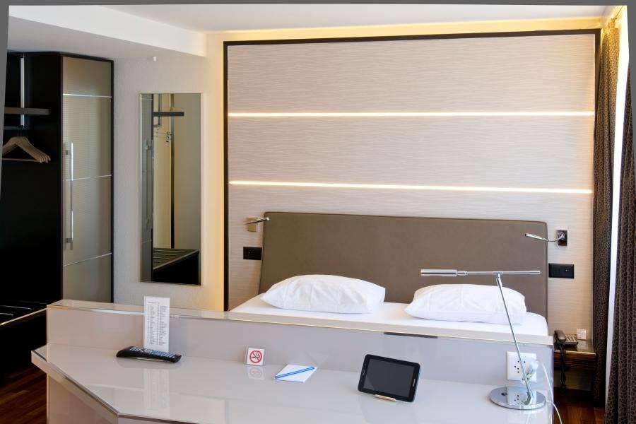 klimaanlage fr zimmer eiskristall vor portable mobile zimmer klimaanlage auf einem weien. Black Bedroom Furniture Sets. Home Design Ideas